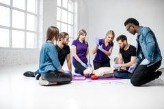 Groep jongeren tijdens de medische eerste hulpcursussen binnen royalty-vrije stock foto's