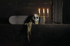 Groep kaarsen die in de duisternis en exemplaarruimte op woode branden royalty-vrije stock afbeelding