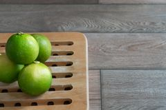 Groep kalk op houten dienblad stock afbeeldingen