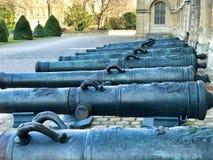 Groep kanonnen in de ingangsbinnenplaats van les invalides in Parijs stock foto's