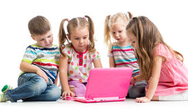 Groep kinderen bij laptop Stock Foto