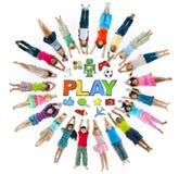 Groep Kinderen in Cirkel en Spelconcept Stock Afbeelding