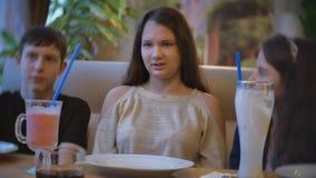 Groep kinderen in de milkshake van de koffiedrank de kinderen van tieners binnen jonge geitjes in de pretvreugde van de koffie la stock footage