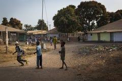Groep kinderen die buiten hun school na de klassen, bij de Bissaque-buurt in de stad van Bissau spelen Stock Afbeeldingen