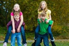 Groep kinderen die buiten spelen Stock Afbeelding