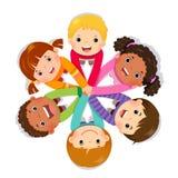 Groep kinderen die handen op witte achtergrond samenbrengen royalty-vrije illustratie