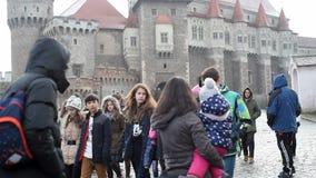 Groep kinderen die het Hunyad-Kasteel in Hunedoara, Roemenië bezoeken stock videobeelden