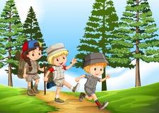 Groep kinderen die in het park wandelen royalty-vrije illustratie