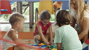 Groep kinderen die met schoolmeester spelen stock videobeelden