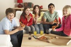 Groep Kinderen die Pizza thuis eten Stock Foto's