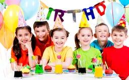 Groep kinderen die pret hebben bij de verjaardagspartij Stock Afbeeldingen