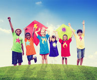 Groep Kinderen die Vliegers in openlucht spelen Royalty-vrije Stock Foto