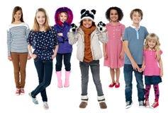Groep kinderen die zich verenigen stock foto