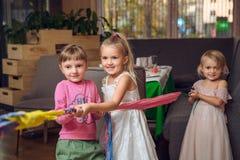 Groep kinderen in een kabel-trekkende wedstrijd royalty-vrije stock foto