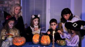 Groep Kinderen en Volwassenen Licht Halloween stock videobeelden