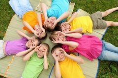 Groep kinderen in het park Stock Afbeeldingen