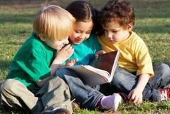 Groep kinderen met het boek Stock Foto