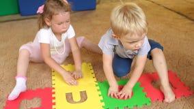 Groep kinderenspel met een groot zacht raadsel stock videobeelden