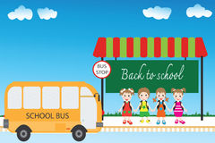 Groep kinderenstudenten bij bushalte, terug naar school Stock Fotografie