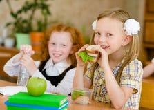 Groep klasgenoten die lunch hebben tijdens onderbreking met nadruk op smil royalty-vrije stock afbeelding