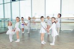 Groep kleine balletdansers stock foto's