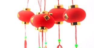 Groep kleine rode Chinese die lantaarns voor decoratie op wit wordt geïsoleerd Stock Afbeeldingen
