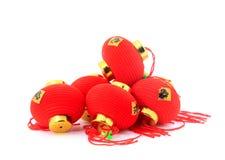 Groep kleine rode Chinese lantaarns voor decoratie over witte achtergrond Royalty-vrije Stock Afbeeldingen