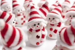Groep kleine sneeuwmannen Stock Afbeeldingen