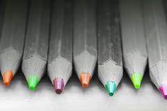 Groep kleurenpotloden in zwart-wit royalty-vrije stock fotografie