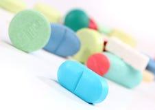 Groep kleurrijke geneeskundepillen Stock Afbeeldingen