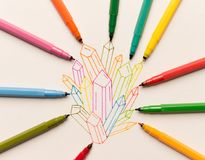 Groep kleurrijke geschilderde kristallen tussen tellers royalty-vrije stock foto's
