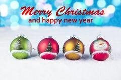 Groep kleurrijke Kerstmisballen met tekst in het Engels Stock Foto's