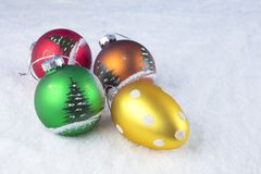 Groep kleurrijke Kerstmisballen op een witte sneeuwachtergrond Stock Afbeeldingen