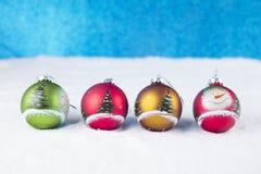 Groep kleurrijke Kerstmisballen op een witte sneeuwachtergrond Stock Foto