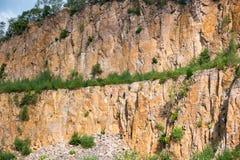 Groep klimmers door hoogste kabel te beklimmen Stock Foto's