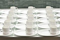 Groep koffiekoppen Lege koppen voor koffie Vele rijen van witte kop voor de dienstthee of koffie in ontbijt bij buffetgebeurtenis royalty-vrije stock afbeeldingen
