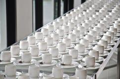 Groep koffiekoppen Lege koppen voor koffie Vele rijen van witte kop voor de dienstthee of koffie in ontbijt bij buffetgebeurtenis stock afbeeldingen