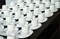 Groep koffiekoppen Lege koppen voor koffie Vele rijen van witte kop voor de dienstthee of koffie in ontbijt bij buffetgebeurtenis stock fotografie