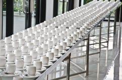 Groep koffiekoppen Lege koppen voor koffie Vele rijen van witte kop voor de dienstthee of koffie in ontbijt bij buffetgebeurtenis royalty-vrije stock foto's