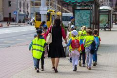 Groep leerplichtige kinderen op de weg stock afbeelding