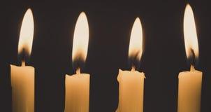 Groep licht van de stilleven het gouden kaars met donkere achtergrond Stock Foto