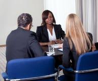 Groep managers die vrouwelijke kandidaat interviewen stock foto's