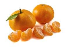 Groep mandarijnen met plakken op wit Stock Afbeeldingen