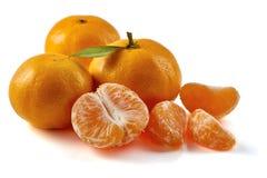 Groep mandarijnen met plakken op wit Stock Foto