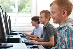 Groep Mannelijke Basisschoolkinderen in Computerklasse stock afbeeldingen