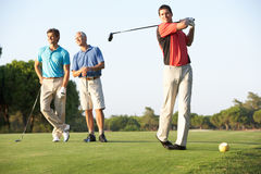 Groep Mannelijke Golfspelers die weg Teeing Royalty-vrije Stock Foto