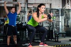 Groep mannen en vrouw in functionele opleidingsgymnastiek Stock Foto's