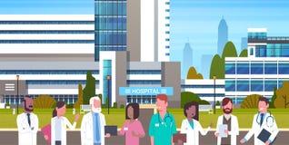 Groep Medische Artsen die zich in Front Of Hospital Building Exterior bevinden royalty-vrije illustratie
