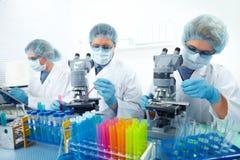 Groep medische artsen in laboratorium stock foto