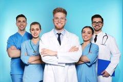 Groep medische artsen op kleurenachtergrond royalty-vrije stock foto